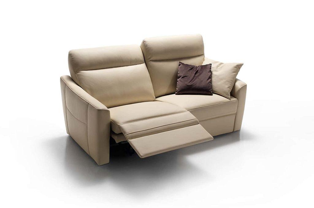 Comodo e avvolgente, il divano Valencia è un programma completo con opzione relax che offre la massima libertà di scelta. Ben 2 spalliere e 5 braccioli permettono di creare il divano ideale ad ogni spazio.